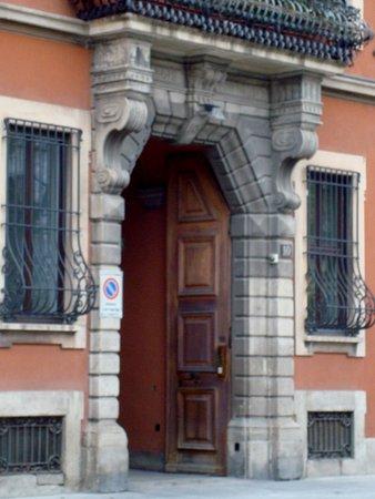 Il portale d'ingresso con balcone
