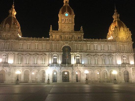 Impecavelmente iluminado o palácio fica ainda mais bonito