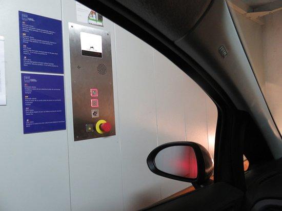 Elevador para os carros de acesso à garagem
