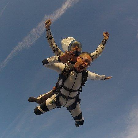 Полет в тандеме с инструктором с высоты 4200м. Нереальные ощущения свободы, эйфории и счастья в чистом виде.