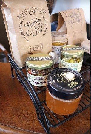 Café produção nossa, mel de nosso apiário, antepasto parceria local com produtos locais