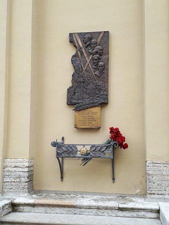 Plaque commémorative à Nicolas II, Alexandra et leur cinq enfants à l'extérieur