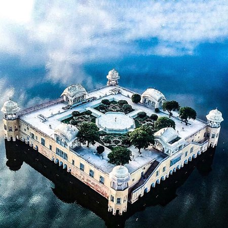 Újdelhi, India: Jal Mahel ( Meaning water palace) is a palace in the middle of man Sagar lake in Jaipur Rajasthan India. This palace lake around it were renovated and in the 18th century by Jai Singh is of Amber🙏