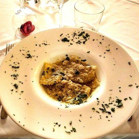 Zola Predosa, Italija: Ravioli freschi fatti col mattarello ripieni di branzino e con ragù al branzino