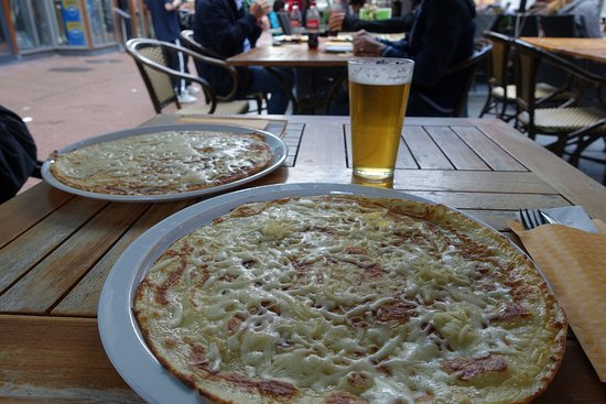 Амстердам, Нидерланды: Dutch Pannenkoken. La tipica crèpe olandese al formaggio. Ottima! Buon week end a tutti!