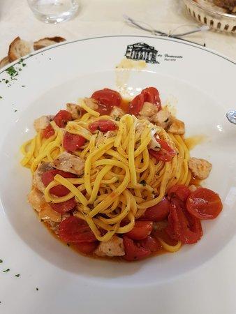 huisgemaakte pasta met kerstomaatjes en vis