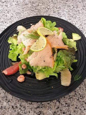 Quetteville, Fransa: Salade Norvégienne ; saumon fumé, crevettes roses, avocat, pamplemousse