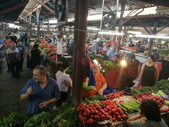 Recorrido gratuito a pie por Kutaisi: Walked through the market during the tour and got explanations about the best places to buy things