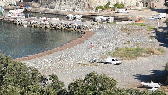 Barrettali, Frankrike: Vue de cette marine - C'est une jolie plage ( galets) avec son port de pêche, par contre il y a des posidonies sur le bord de celle-ci.