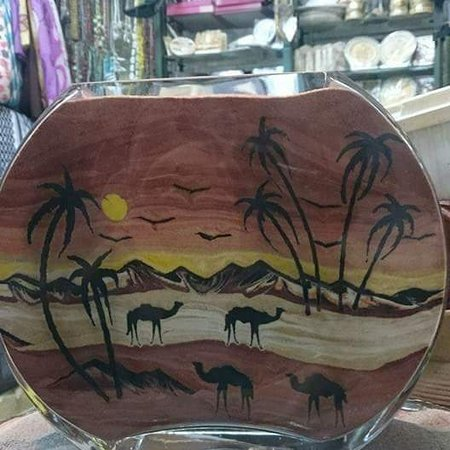 Акаба, Иордания: You can write any name and you can put your picture 80% accurate with colored sand ✌️  Alhamdulillah this is our work and the ancestral heritage Welcome to #alaaldein #bazar 🧞♂️