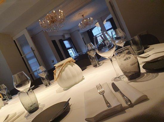Super mooie ovale tafel in de nis voor max. 12 gasten