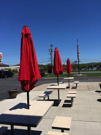Washington, NJ: Nice tables & seating outside the main entrance