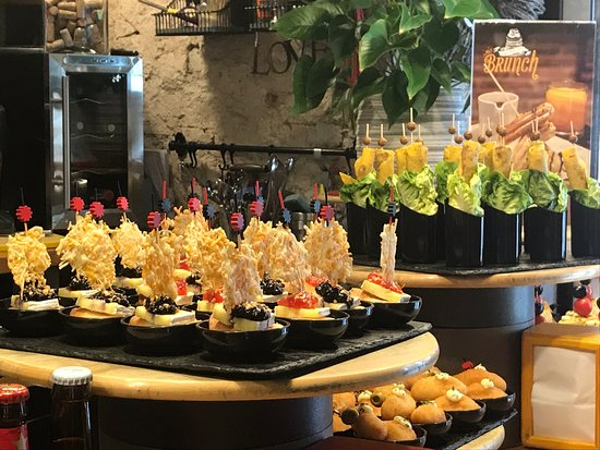 Small-Group Food and Wine Tour in Barcelona with a Sommelier: Pinchos