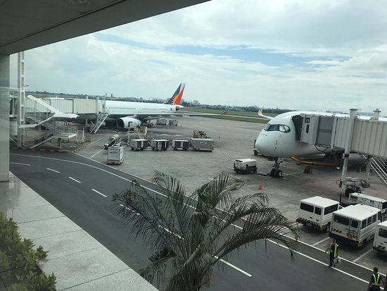 Philippine Airlines (PAL): Plane was nice and new, entertainment was excellent. Food was average. Cabin crew great