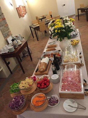 Castiglione Tinella, Itálie: Frühstücksbuffet