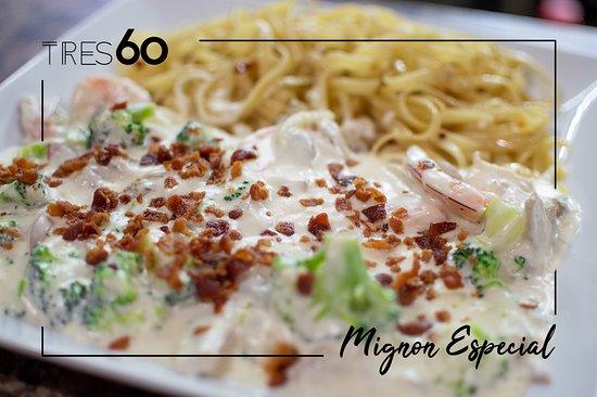 Nuevo Casas Grandes, Meksiko: Deliciosa pasta fetuchini, con salsa cremosa de brócoli y champiñones. Cubierta con crujientes trozos de tocino. #menú #TRES60 🍽🥂🍝😋