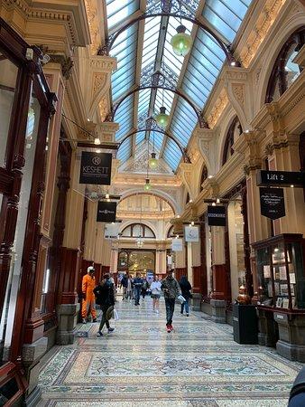 Walk Melbourne Tours: A walk through historic Melbourne