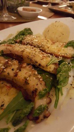 Oktopus von Grill auf Rucola Salat dazu Hausgemachtem Kartoffeln-püree.