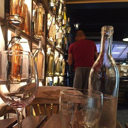 Toulon, France : Bar à vin