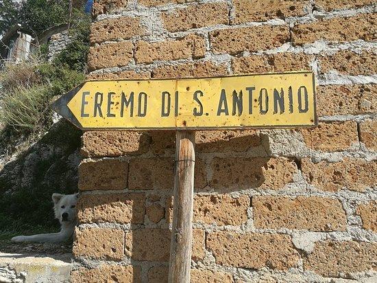 Polino, Italia: cartello all'inizio del percorso