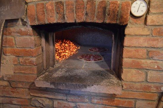Province of Arezzo, Italija: pizza nel forno a legna