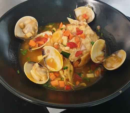 Restaurant BellaMar: Entrée du jour dans le menu à 15€ tous compris. Seiche confite farci à la mousseline de poissons et son jus au fond de crustacés. 