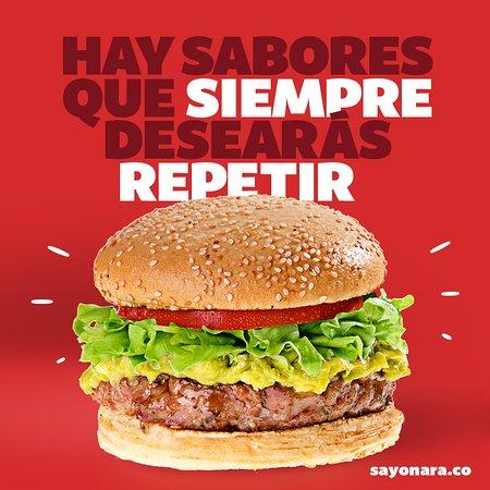 """""""Jugosa hamburguesa asada al carbón con carne de chorizo Santarrosano y guacamole. """""""