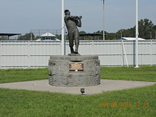 Mickey Mantle Statue: nice statue great photo op