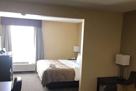 Mendota, IL: Guest room with sitting area