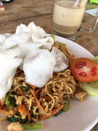 Batu Karas, Indonesië: 햄버거 미고랭 카푸치노도 모두 맛있었어요 이틀동안 세번이나 다녀왔네요