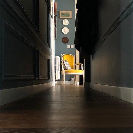 Corridor between the rooms at Les3chambres Paris.
