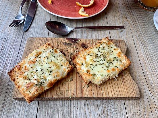Pizzeria Casavostra: Pão de alho com queijo.