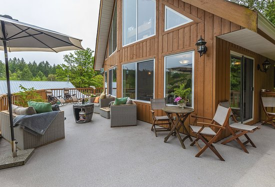 Nanaimo, Canada: Patio surrounding the property where guests can enjoy breakfast or BBQ