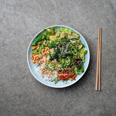 Genug geschuftet, Zeit für eine Belohnung! Wie wäre es mit dieser leckeren grünen Bowl voller Cashewkernen, Avocado, Gurke, Algen und weiteren gesunden Zutaten?
