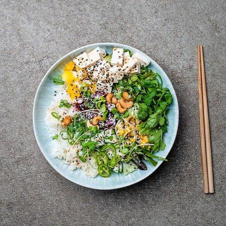 Purer Geschmack mit unserer Signature Bowl PURE 🥗 Tofu, Mango, Gurke, rote Beete, Mais, Frühlingszwiebeln, Cashewkerne, Sesam, Nori Alge und Kresse erwarten euch in dieser bunten Mischung