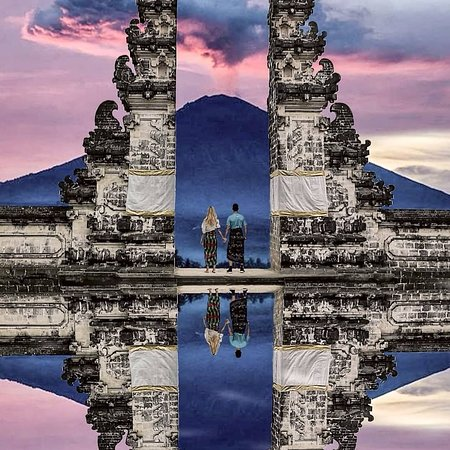 "Indonesië: Capturing a dramatic scene at Lempuyang's ""Gates of Heaven"" . IG 📷:@leohuaba .  FOLLOW👉@mustdotravels FOLLOW👉@mustdotravels FOLLOW👉@mustdotravels .  ____________________________________ 🔛TURN POST NOTIFICATIONS ON ."