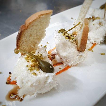 😍Vi piace? Baccalà mantecato su crema di peperone rosso, capperi, pistacchi e crostini!👌