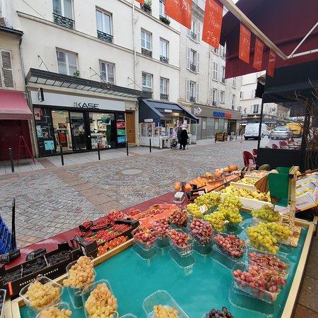 Foto de Visita al mercado callejero y clase de cocina con un parisino en el centro de París