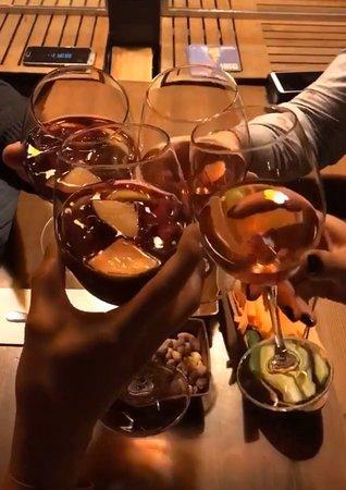 Pizza harika 👍 Ev yapımı hamburger 🍔👍 Wine Beer