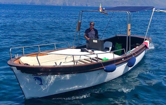 Lipari, Italija: inconfondibile Gozzo Christian con Capitan Giovanni prendisole e ombra, poche persone