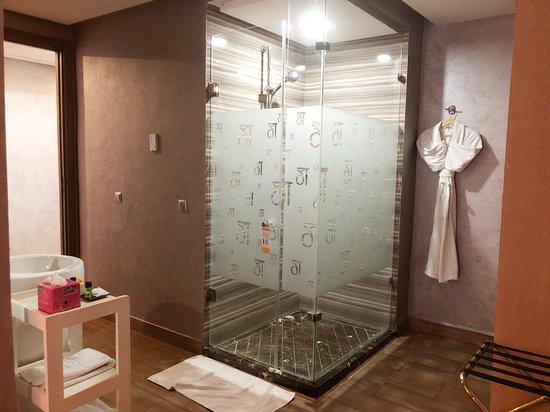 Das Bad ist direkt mit dem Schlafzimmer verbunden. Die ...