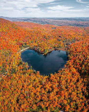 ‪كندا: Heart-shaped lake in Quebec, Canada 📷 IG @oli.langevin Contact us:  ============================== The Dad Travel Joint Stock Company ☎️Hotline: 0932.769.150  💌Email : thedadtour@gmail.com 🌐Web : www.thedadtourist.com 🏠: 116 Dong Ke - Lien Chieu- Da Nang‬