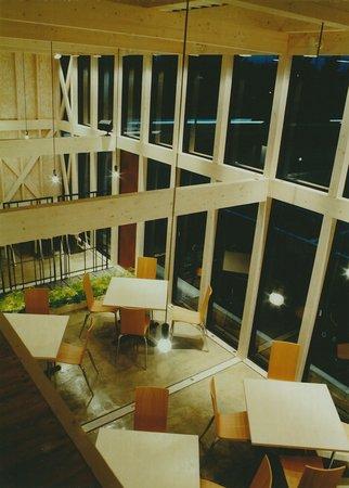 天井が高く、全面ガラス張りのゆったりとした空間