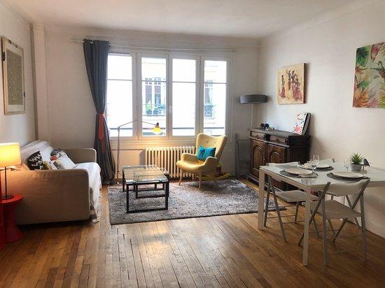 Visita al mercado callejero y clase de cocina con un parisino en el centro de París: cozy and welcoming home