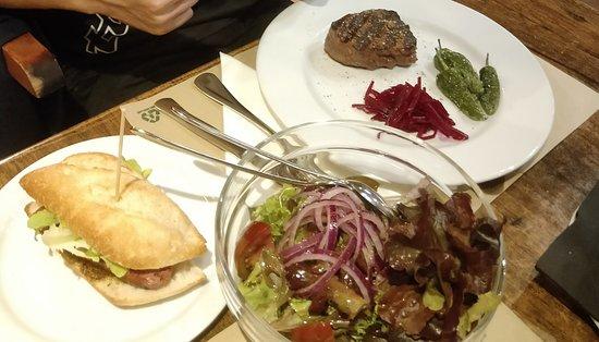 la viande est ridiculement petit pour le prix affiché (environ 20€) La salade est en extra (6€)