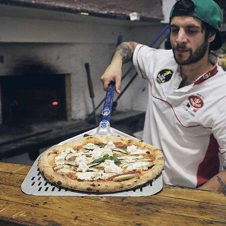 Pracchia, Italia: Pizza quasi cotta ;)