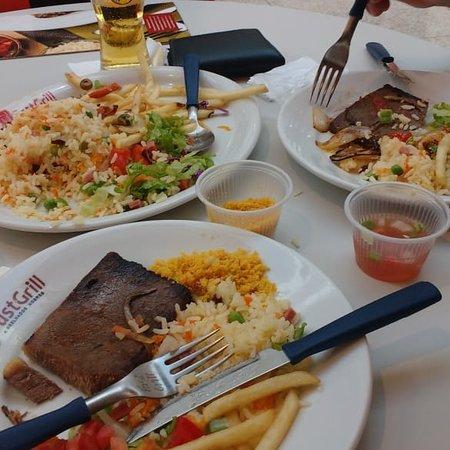 Um almoço  sem igual. Uma carne deliciosa. Um excelente arroz. Mas um pouco de dificuldade só  pro atendente nos visualizar. Preços bem acessíveis. @fast Grill North shopping