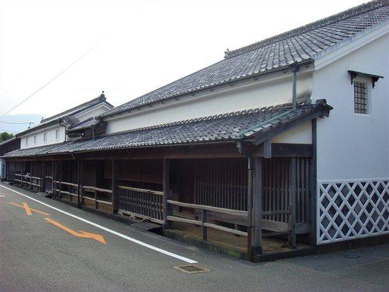 Hagi, Japan: 菊屋家は、江戸時代、毛利藩の御用を勤めた商家です。現存する大型商家としては最古の部類に属し、主屋や本蔵、金蔵など5棟が重要文化財に指定されています。