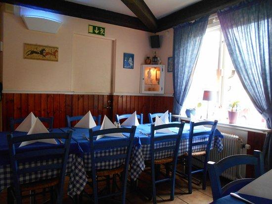Knivsta, Suecia: 店内は椅子とテーブルクロスがエイジアンブルーでギリシャを演出していました