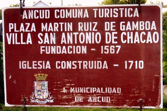 Letrero ubicado en la plaza de la Villa San Antonio de Chacao.